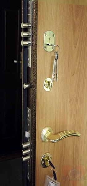простые металлические двери для склада