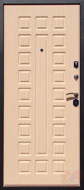 металлическая дверь светлого цвета